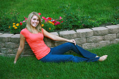 Recht blond im Gras Lizenzfreies Stockbild