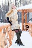 Recht blond im Pelzmantel, Lederhandschuhe wirft auf Stockbild
