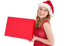 Recht blond im roten Kleid, das einen Kasten hält Lizenzfreies Stockbild