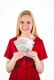 Recht blond im roten Kleid, das ihr Bargeld zeigt Stockbild
