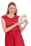 Recht blond im roten Kleid, das ihr Bargeld zeigt Lizenzfreies Stockfoto