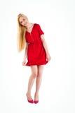 Recht blond im roten Kleiderholdingrock Lizenzfreie Stockfotos