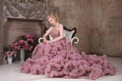 Recht blond im schönen Kleid mit Frisur Stockfoto