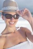 Recht blond im weißen Kleid und im sunhat auf dem Strand Stockfotos