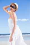 Recht blond im weißen Kleid und im sunhat auf dem Strand Stockbilder
