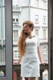Recht blond im Wohnzimmer Lizenzfreie Stockbilder