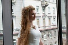Recht blond im Wohnzimmer Stockfoto
