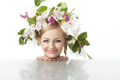 Recht blond mit Blumenkrone auf Kopf Stockbild