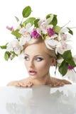 Recht blond mit Blumenkrone auf Kopf Stockbilder