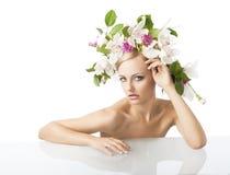 Recht blond mit Blumenkrone auf Kopf Lizenzfreies Stockfoto