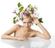 Recht blond mit Blumenkrone auf Kopf Lizenzfreies Stockbild