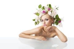 Recht blond mit Blumenkrone auf Kopf Lizenzfreie Stockfotos