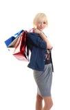 Recht blond mit Einkaufenbeuteln Stockfoto