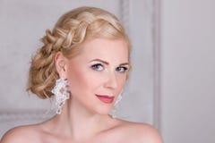 Recht blond mit Frisur und in den Ohrringen Stockfoto