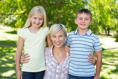 Recht blond mit ihren Kindern Stockbild