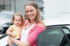 Recht blond mit ihrer Tochter Stockfoto