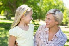 Recht blond mit ihrer Tochter im Park Stockbilder
