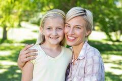 Recht blond mit ihrer Tochter im Park Stockfotos