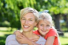 Recht blond mit ihrer Tochter im Park Stockfoto