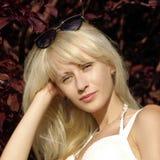 Recht blond mit Sonnenbrille und mysteriösem Blick. Stockbild