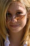 Recht blond mit Sonnenbrillen Stockfotografie