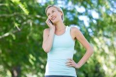 Recht blond am Telefon Lizenzfreie Stockbilder