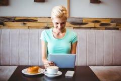 Recht blond unter Verwendung der Laptop-Computers Lizenzfreie Stockfotos