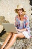 Recht blond unter Verwendung des Laptops am Strand Lizenzfreie Stockbilder