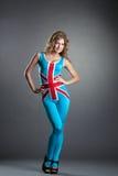 Recht blonde Aufstellung im Kostüm mit britischer Flagge Stockfoto
