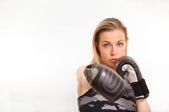 Recht blonde ausarbeitende Frau Lizenzfreie Stockfotos