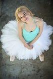 Recht blonde Ballerina, die oben der Kamera betrachtet Lizenzfreies Stockfoto