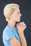 Recht blonde betende Frau Lizenzfreies Stockfoto