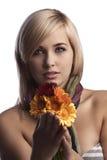 Recht blonde Blumen des orange Rotes der Holding Stockbilder