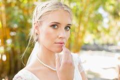 Recht blonde Braut, die auf einer Brücke betrachtet Kamera steht Stockbilder