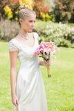 Recht blonde Braut, die Lilienblumenstrauß hält Lizenzfreies Stockfoto