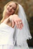 Recht blonde Braut entlang dem Ozean Stockbild