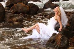 Recht blonde Braut entlang dem Ozean Lizenzfreies Stockfoto