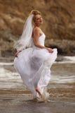 Recht blonde Braut entlang dem Ozean Lizenzfreie Stockfotografie