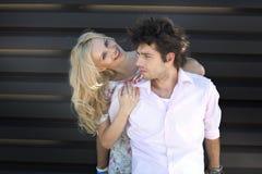 Recht blonde Dame mit ihrem Freund Lizenzfreie Stockfotografie