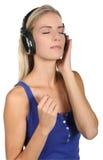 Recht blonde Dame Music Listener Lizenzfreie Stockfotografie