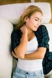 Recht blonde Entspannung auf der Couch Lizenzfreie Stockfotos