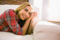 Recht blonde Entspannung auf der Couch Lizenzfreies Stockbild