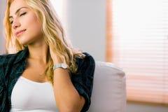 Recht blonde Entspannung auf der Couch Stockfotografie