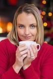 Recht blonde Entspannung auf Sofa am Weihnachten Lizenzfreies Stockbild