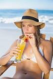 Recht blonde Entspannung im Klappstuhl auf dem Strand mit Cocktail Lizenzfreies Stockbild