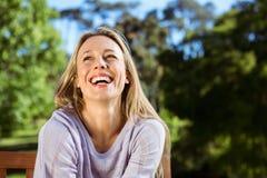 Recht blonde Entspannung im Park Stockfoto