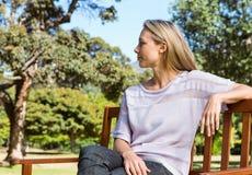 Recht blonde Entspannung im Park Lizenzfreie Stockfotos