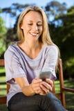 Recht blonde Entspannung im Park, der Text sendet Lizenzfreies Stockfoto