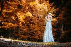 Recht blonde feenhafte Dame mit weißem Kleid Lizenzfreies Stockbild
