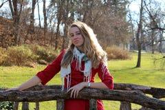 Recht blonde Frau auf alter hölzerner Brücke Stockbild